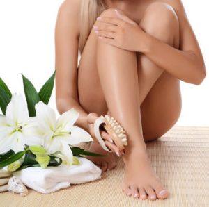 zdjęcie kobiety pielęgnującej nogi